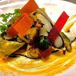 Scampi-Avocadosalat, Hummer-Mayonnaise, Spargel-Algenblatt im Frühlingrollenteig