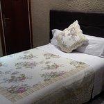 esta es la cama de dos plaza en la habitación triple.