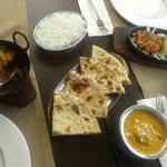 Pan de coco, Cordero con curry y marsala, Pollo con cardamomo y Pollo al marsala y arroz basmati