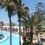 Blick vom Balkon auf die Poollandschaft