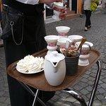 """Der rüdesheimer """"Asbach alt"""" - Kaffee wir am Tisch bereitet"""