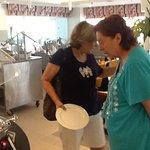 Mi madre y tía disfrutando del buffet