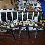 Frühstückstisch mit herrlichen Bio-Aufstrichen und grandiosen Bio-Ziegen, -Kuh und -Schafkäse