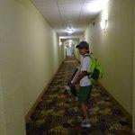 Típicos pasillos de hotel norteamericano, con tapete estampado. Tan americano como la Coca Cola.
