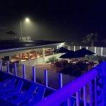 Photo de Surfer Beach Hotel