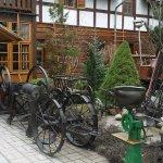 Wejście do gospody-stare maszyny rolnicze.