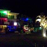 L'hôtel le soir depuis le restaurant ou la plage (puisque le restaurant de l'hôtel est sur la pl