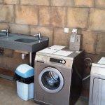 Local sanitaire avec machines à laver