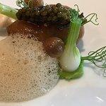 BERNSTEINE - Ochsenmark, Lauchpüree, Nußbutter, Pilze, Imperial Persicus Kaviar, am Tisch geschö