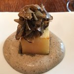 DIE KISTE - gefüllter Kartoffelwürfel, Perigord-Trüffelmousseline, Trüffelsalat