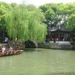 水郷のように水路を手漕ぎ舟で巡るのも楽しい 90元/人