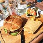 gros burger , frites et petite salade !