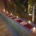 Ces pétales de roses accompagnent notre couloir pour nous rendre à table