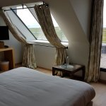 la chambre et sa baie vitrée