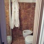 Vue de la salle de bains et peignoires