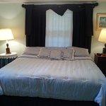 King Cabin - king bedroom