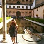 dentro de la alhambra