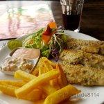 Gebratener Fisch mit Salat und Chips