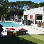 Il y a des transats tout autour de la piscine avec le choix d'être au soleil ou à l'ombre.