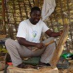 Amadou qui sculpte sur bois de magnifiques statues et objéts divers