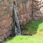 Está caracterizado por tener cascadas de agua en cada escalón.