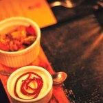 Postre combinable, helado de jengibre y frutas flambeadas