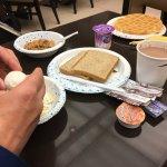 Petit déjeuner assiette et couverts jetables