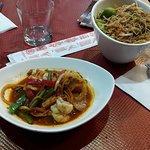 Crevettes sauté aux petits legumes avec des nouilles sautés