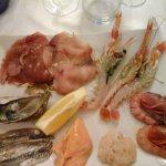 crudi di pesce con tartare di ricciola, gamberi viola di Santa, marinate di salmone e acciughe.