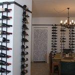 Esposizione dei vini secondo i luoghi d'origine. Predominanti i vini siciliani.