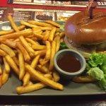 Buffalo Cheeseburger sauce barbecue et frites