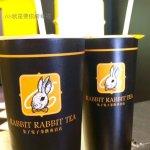 兔子的英式格雷伯爵珍珠奶茶讓人有驚豔感,紅茶香和牛奶融合的恰到好處,珍珠Q彈,和其他手搖飲料店的珍珠奶茶不太ㄧ樣,而且只要50元,很划算。