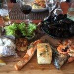 Trois sortes de poissons grillés à la plancha ainsi que des crevettes et un bol de moules, salad