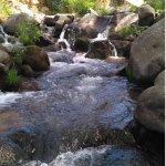 Por el propio pueblo baja un arroyo que forma unas piscinas naturales
