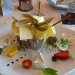 ausgezeichnet gut sortierter Dessertteller mit diversen Käsesorten !