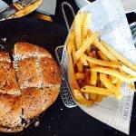 Rica hamburguesa y no menos buena ternera con espinacas...ummm riquísimo