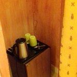 frigo dans la salle de bain vue sur la porte des toilettes