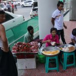 Vente de fruits et de gâteaux près du marché