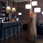 kleine, stylische Bar, in der Getränke und Snacks erhältlich sind