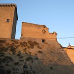 Torre e mura del castello (lato opposto a p.za Unità d'Italia)