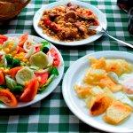 Migas, ensalada y patatas con huevos.