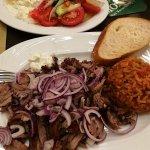 Gyros mit Bauernsalat, Zaziki und Reis