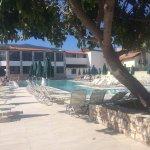 Een gedeelte van het hoofdzwembad, op de achtergrond zie je het restaurant voor ontbijt/lunch/di