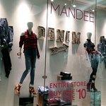 Mandeeというお店が入っています