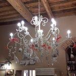 Una hermosa lámpara con colgantes originales