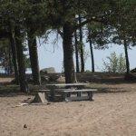 rannalla on myös penkkejä, roskiksia ym. retkeilijöille