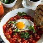 CHAKCHOUKA MERGUEZ Compotée poivrons-tomates, merguez d'agneau, 1 œuf au plat, coriandre