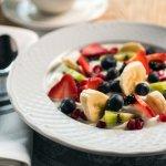 SUPER SANTÉ Yogourt grec nature 2 %, fruits, granola, miel sauvage du Québec