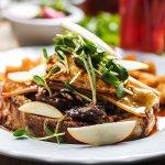 TARTINE DÉCADENTE Cretons au foie gras, canard confit, Gré des Champs, laitue frisée, pdt rôties