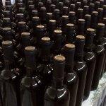Botellas prontas para etiquetar.